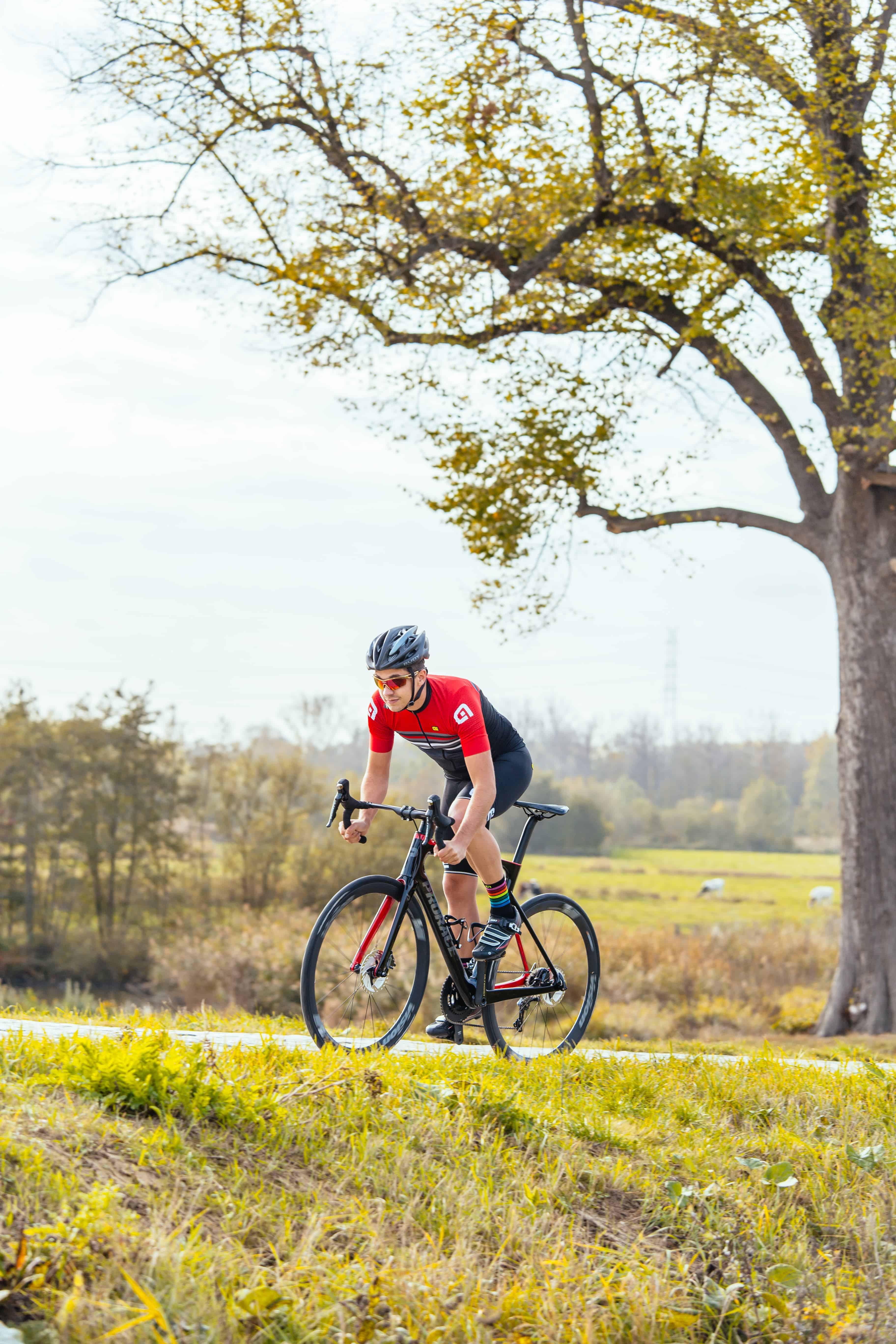 Man die rijdt op nieuwe Prorace fiets 2019
